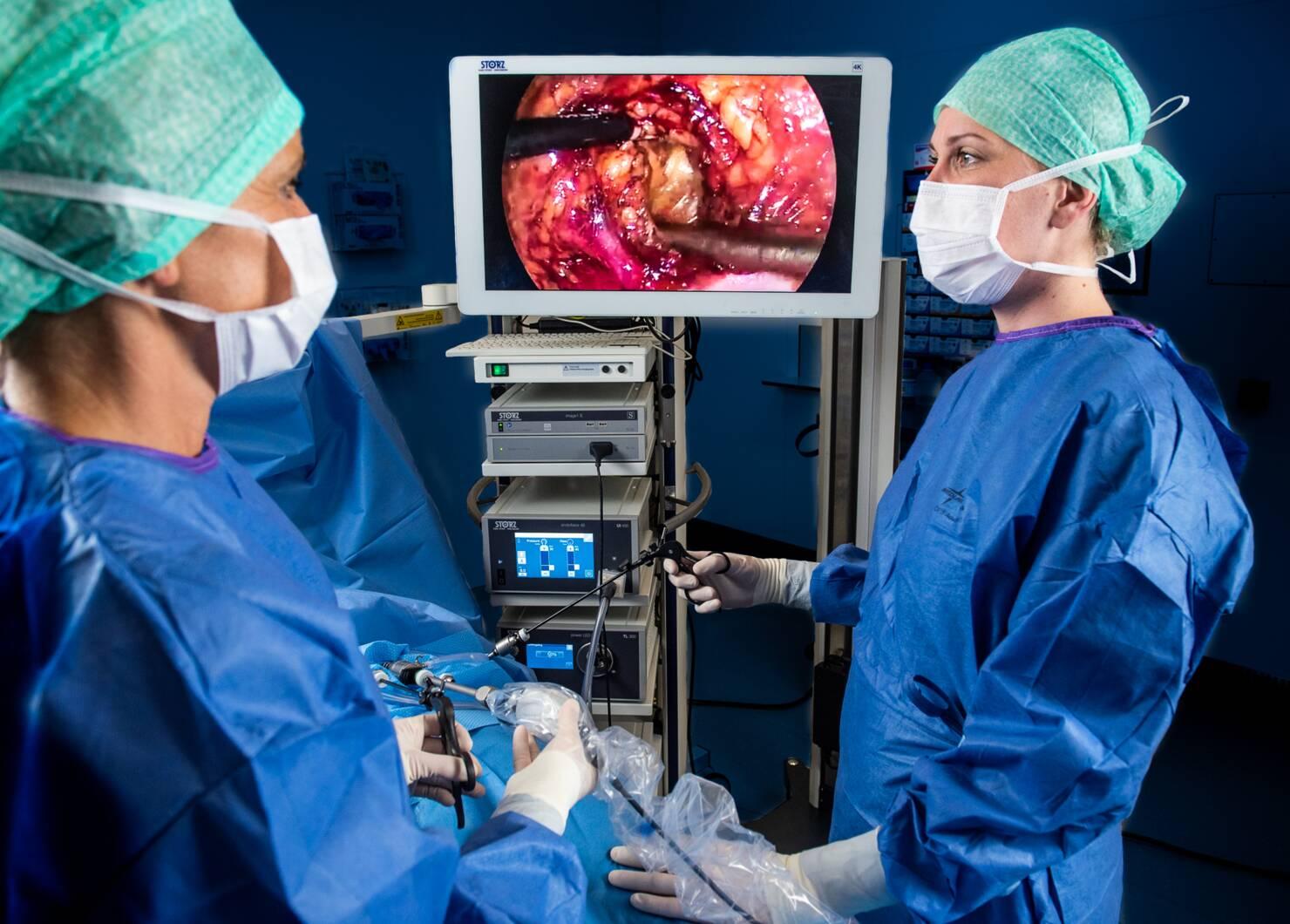 Opération endoscopique avec un équipement Karl Storz